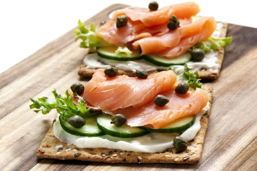 Crispbread with smoked salmon, capers, cucumber, lettuce and cream cheese