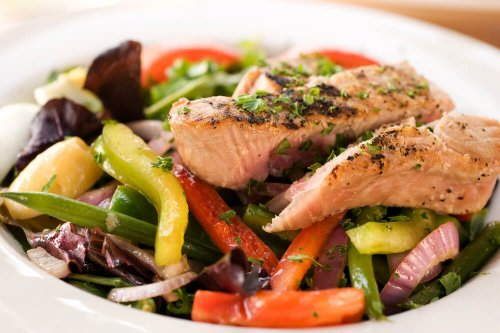 Grilled tuna steak with vegetables and salad