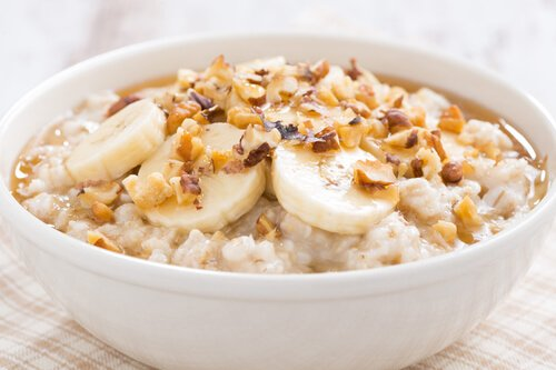 Porridge oats with banana, honey and walnuts